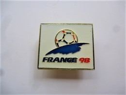 PINS FOOTBALL FRANCE 98 / Fabriqué Sous Licence /  33NAT - Calcio