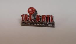 Pin's Média / Radio RTL Allemagne - Wir Spielen Die Hits 104.6 (argenté) Longueur: 3,4 Cm - Medias