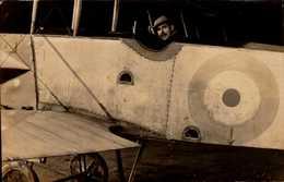 CARTE PHOTO AVEC HOMME DANS UN AVION - Aviateurs