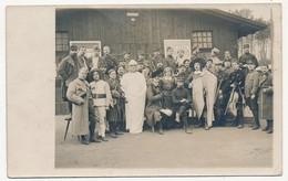 """CPA - Camp De Prisonniers De GRAFENWÖHR - Groupe De PG, Certains En Costumes D'acteur - Griffe """"7 Gefangenen Kompagnie"""" - Guerre 1914-18"""