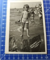 B&W Amateur Photo Girl Beach - Personnes Anonymes