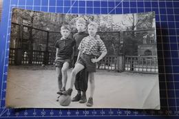 B&W Amateur Photo Boys Football Soccer Players - Anonyme Personen