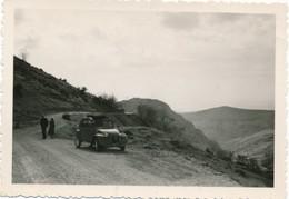 Snapshot Deux Personnes Avec Voiture Vintage 2 CV Auto Car Citroen Automobile - Automobiles