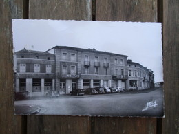 CPA 79 CERIZAY LA PLACE ET HOTEL DE FRANCE VOITURES ANCIENNES - Cerizay