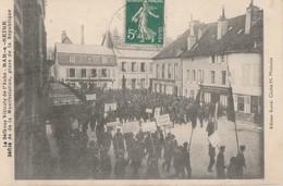 1911 - LA DEFENSE VITICOLE DE L'AUBE - A BAR SUR SEINE, LE DEFILE DE LA MANIFESTATION  PLACE DE LA REPUBLIQUE - TOP !!! - Bar-sur-Seine