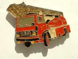 Pin's CAMION DE POMPIER SAVIEM - Firemen