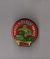 Pin's Tortues Ninja / Ideal - Turtles Helfen Turtles (époxy) Hauteur: 2,9 Cm - Comics