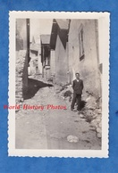 Photo Ancienne Snapshot - LA GRAVE - Une Rue - 1930 - Isère Ecrins Architecture Oisans Homme Costume Garçon - Places