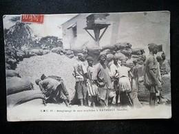 GAMBIE BATHURST REMPLISSAGE DE SAC D'ARACHIDES - Gambie