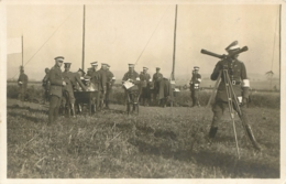 CARTE PHOTO ALLEMANDE GROUPE DE SOLDATS ALLEMANDS EN OBSERVATION - Guerra 1914-18