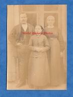 Photo Ancienne Avant Ou Vers 1900 - Portrait De Famille - Homme Femme Enfant Coiffe Folklore Mode Costume - Photos