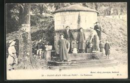 CPA Saint-Jean Pied -de-Port, Personnes Devant La Fontaine - Saint Jean Pied De Port