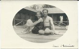 Photo - POSTCARD ( 13.5 Cm / 8.5 Cm ) Couples On The Beach .costume Da Bagno. Austria 1927 - Persone Anonimi