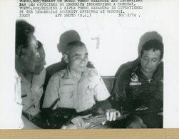 Photo Originale . Le Soldat  TERUO NAKAMURA  En Indonésie à  MOROTAI  Fusil à La Main En 1974 - Guerre, Militaire