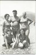 Photo - POSTCARD ( 14 Cm / 9 Cm ) Family On The Beach.costume Da Bagno - Anonieme Personen