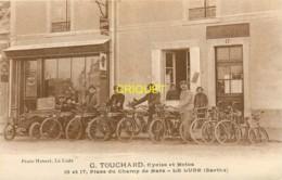 72 Le Lude, Magasin Cycles Et Motos Touchard, Animation Avec Le Personnel, Vieux Tacot... Superbe - Autres Communes