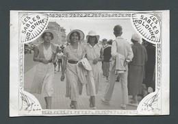 Photo Ancienne FILMEUR DE RUE - Trois Belles Jeunes FEMMES PIN UP Marchant Sur Le Remblai SABLES D'OLONNE 1931 - Personas Anónimos