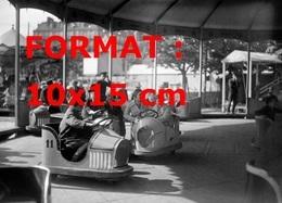 Reproduction D'une Photographie Ancienne D'enfants Dans Les Auto-tamponneuses à La Foire Du Trône à Paris En 1933 - Reproductions