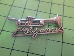 1015b Pin's Pins / Beau Et Rare : THEME MUSIQUE / GRAND PIN'S METAL JAUNE TROMPETTE STE SUZANNE - Música