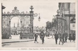 NANCY (54) PLACE STANISLAS. GRILLES De JEAN LAMOUR ( 1755 ) . VELOS. NOMBREUX PASSANTS. - Nancy