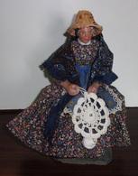 Santon De Provence - Femme Assise Faisant Du Crochet - Religion & Esotericism