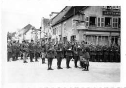 PHOTO SARRALBE 1933/34 ?  RUE POINCARE (coin RUE NAPOLEON) CEREMONIE MILITAIRE REMISE DE MEDAILLE LEVY & WEILL (2) - Sarralbe