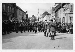 PHOTO SARRALBE 1933/34 ?  RUE POINCARE (coin RUE NAPOLEON) CEREMONIE MILITAIRE  REMISE DE MEDAILLE - Sarralbe