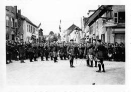 PHOTO SARRALBE 1933/34 ?  RUE POINCARE (coin RUE NAPOLEON) CEREMONIE MILITAIRE  REMISE DE MEDAILLE  (2) - Sarralbe