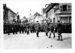 PHOTO SARRALBE 1933/34 ?  RUE POINCARE (coin RUE NAPOLEON) CEREMONIE MILITAIRE  REMISE DE MEDAILLE  (3) - Sarralbe
