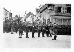PHOTO SARRALBE 1933/34 ?  RUE POINCARE (coin RUE NAPOLEON) CEREMONIE MILITAIRE  REMISE DE MEDAILLE (4) - Sarralbe