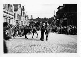 PHOTO SARRALBE 1933/34 ?  RUE POINCARE (coin RUE NAPOLEON) CEREMONIE MILITAIRE  NOTABLE - Sarralbe