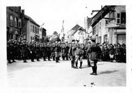 PHOTO SARRALBE 1933/34 ?  RUE POINCARE (coin RUE NAPOLEON) CEREMONIE MILITAIRE  REMISE DE MEDAILLE (5) - Sarralbe