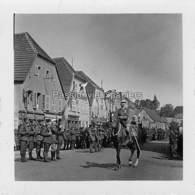 PHOTO SARRALBE 1933/34 ?  RUE POINCARE (coin RUE NAPOLEON) CEREMONIE MILITAIRE (2) - Sarralbe