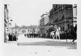 PHOTO SARRALBE 1933/34 ?  RUE NAPOLEON) DEFILE MILITAIRE  CAFE H. WILHELM EUG. BADO - Sarralbe