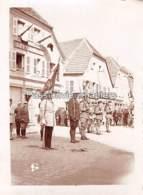 PHOTO SARRALBE 1933/34 ?  RUE NAPOLEON  CEREMONIE MILITAIRE REMISE De MEDAILLE LEVY & WEILL (2) - Sarralbe