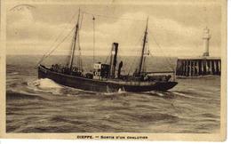 76 Dieppe En 1934 Sortie D'un Chalutier Phare Bateau De Pêche - Dieppe