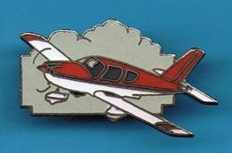 PIN'S //  ** AVION / PIPER PA28 / WARRIOR ** . (Démons & Merveilles) - Airplanes