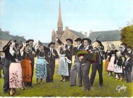 FOLKLORE Costumes Musiciens Danse - KERNASCLEDEN : Jour De Fête - CPSM Dentelée GF - Morbihan - Bretagne - Costumi