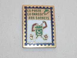 Pin's LA POSTE, CHASSE AUX SACHETS - Mail Services