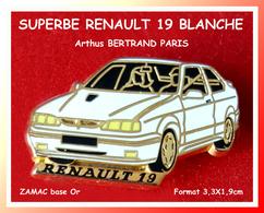 SUPER PIN'S RENAULT-Arthus BERTRAND : Belle Version BLANCHE De La R19 En ZAMAC Base Or Format 3,3X1,9cm - Renault