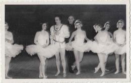 Rudolf Noureev. Sur Scène Avant 1960, Avec Danseuses. Sans Doute Leningrad, Saint Petersbourg. 13,5x8,5. Etat Parfait - Célébrités
