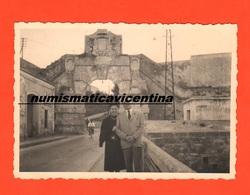 Augusta Siracusa Porta Spagnola 1955 1 Foto Del Periodo - Lieux