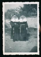 Photo Originale, Mai 1949 : 2 Religieuses Posant Dans Le Potager, Serres, Saint-Maur - Anonymous Persons
