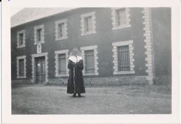 Photo Originale, Juin 1946 : Religieuse Posant Devant La Filature Qu'elle A Dirigée Pendant 9 Ans - Anonymous Persons