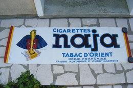 GRANDE AFFICHE PUBLICITAIRE 1937 ENTOILEE CIGARETTES NAJA D'APRES DRANSY  119 X 39 CM Création De La Vasselais Paris - Advertising (Porcelain) Signs