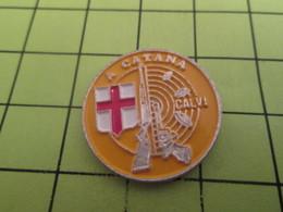 1318a Pin's Pins / Beau Et Rare : THEME SPORTS / A CATANA CIBLE PISTOLET CARABINE TIRE CALVI Si ! - Badges