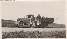 PHOTO (10.5x6.5 Cm) HOMME FEMME ENFANTS DANS CAMION BORD DE ROUTE À SITUER - Automobiles