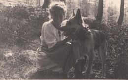 JUNGE FRAU MIT SCHÄFERHUND - Fotokarte Um 1950 - Fotografie