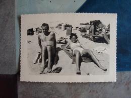Homme Et Femme Allongés à La Plage - Années 1950-60 - Personnes Anonymes