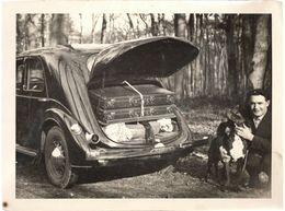 Snapshot Homme Avec Voiture Renault Primaquatre Coffre Ouvert Avec Valise Chien - Automobile
